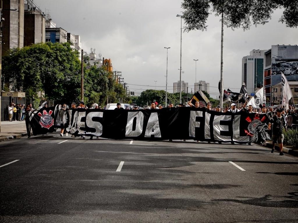 18.dez.2012- Torcida organizada do Corinthians desfila com faixas pelas ruas de São Paulo na comemoração do título mundial do clube