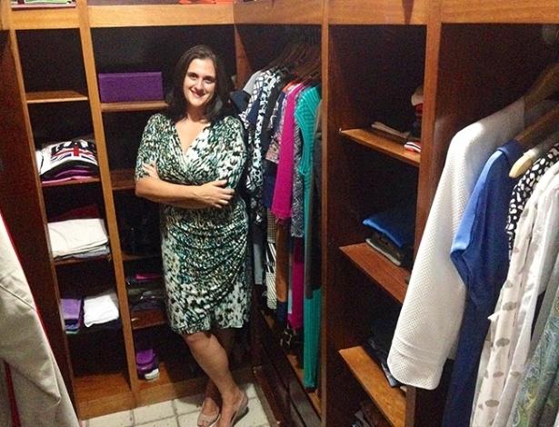 A diretora de transações Ana Carolina Pereira Lima posa em frente ao guarda-roupa reformulado - Arquivo Pessoal
