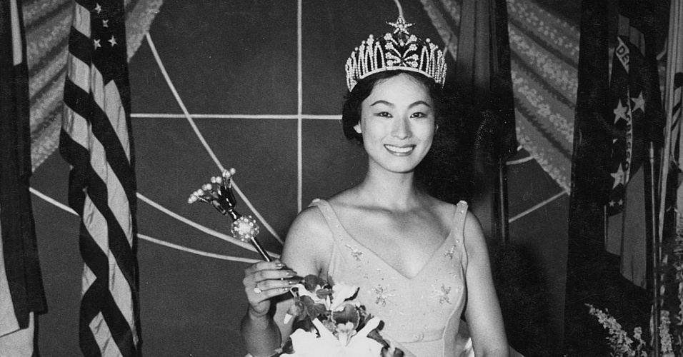 A japonesa Akiko Kojima venceu o Miss Universo 1959, realizado na Califórnia, nos EUA