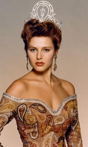 A norueguesa Mona Grudt venceu o Miss Universo 1990, realizado em Los Angeles, nos EUA