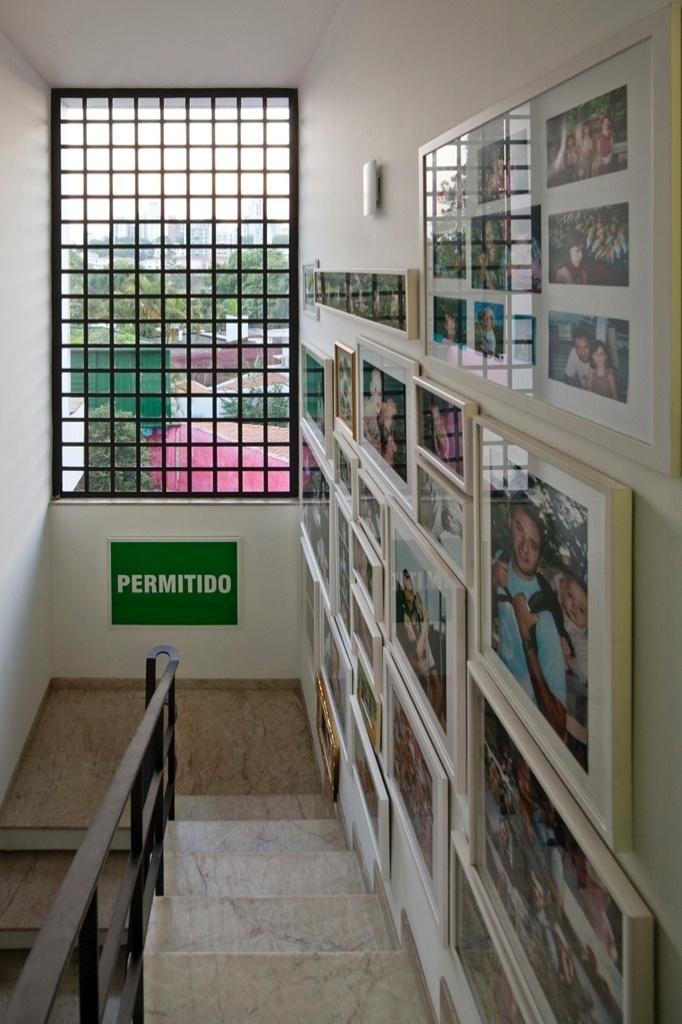 Na escada que dá acesso ao andar superior, uma coleção de fotos de família foi instalada na extensão de uma das paredes. A Casa do Arquiteto tem projeto de reforma assinado por Marcelo Rosenbaum