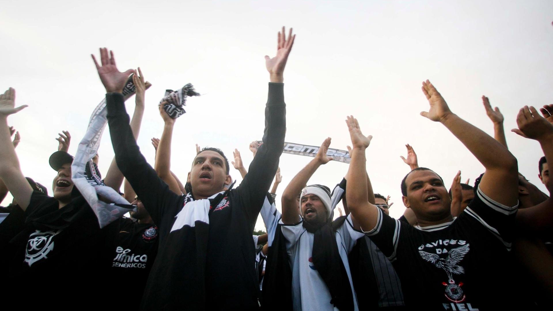 Corintianos recepcionam, do lado de fora da pista de Cumbica, a chegada do time após o título do Mundial de Clubes