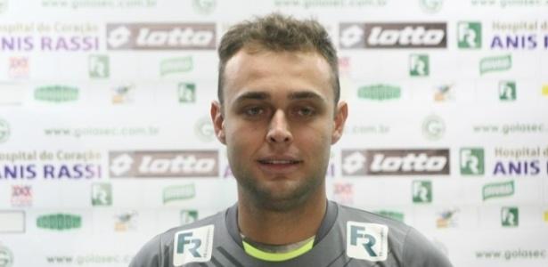 Goleiro Renan faz sinal de positivo durante sua apresentação como jogador do Goiás