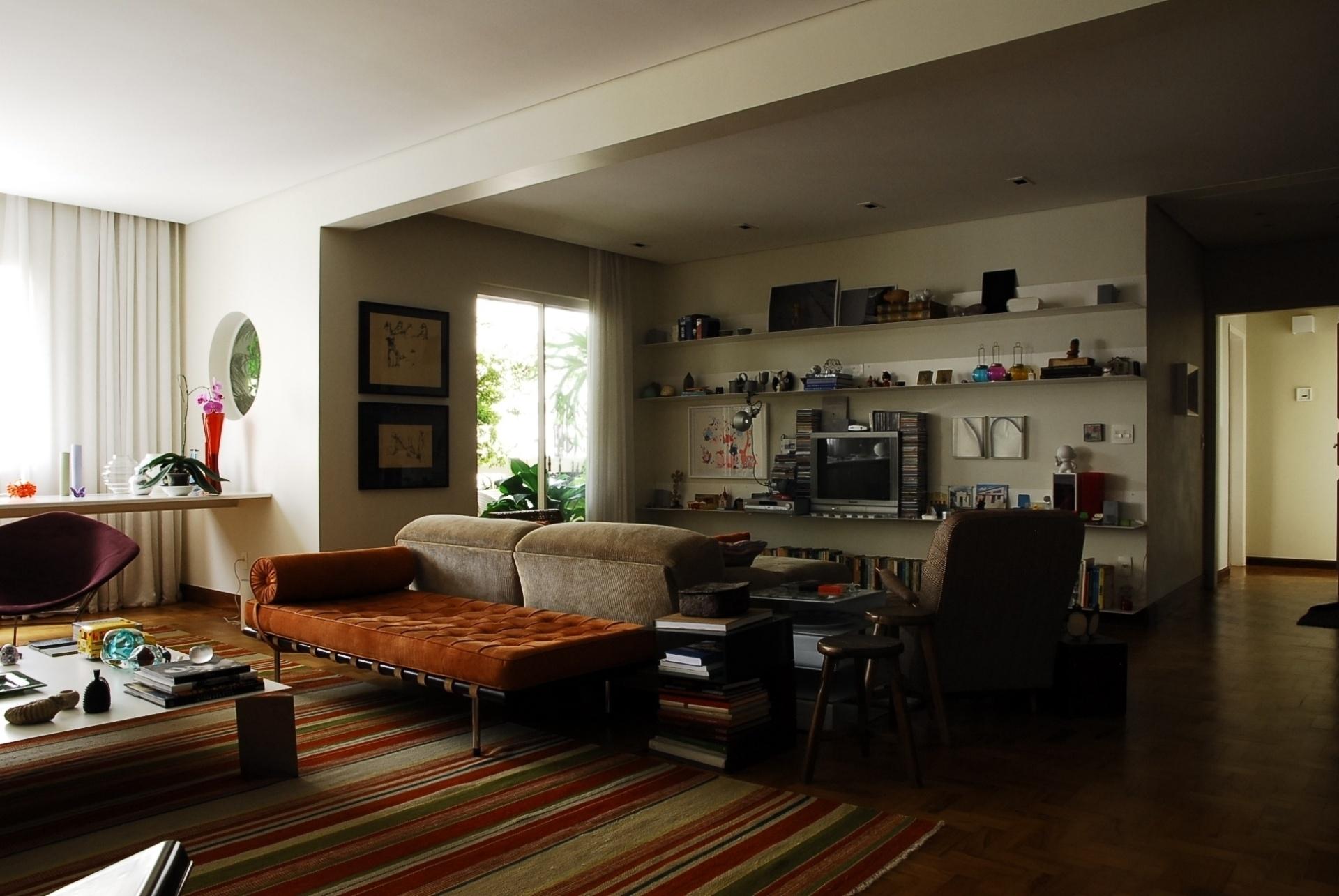 No projeto de reforma e decoração de sua residência no bairro de Higienópolis em São Paulo (SP), o arquiteto Gustavo Calazans eliminou a parede que dividia as salas de estar e de TV, criando um amplo ambiente social integrado