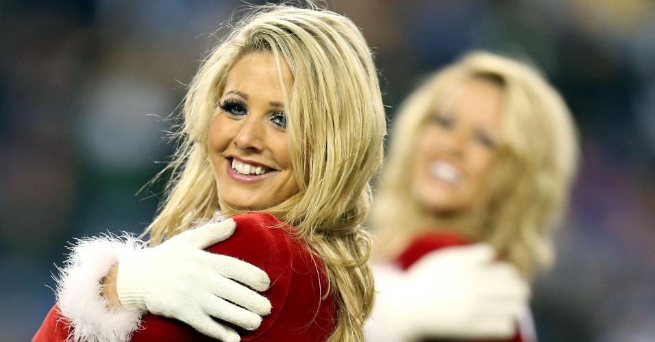 17.dez.2012 - No clima de Natal, cheerleaders do Tennessee Titans fazem apresentação na partida contra o  New York Jets