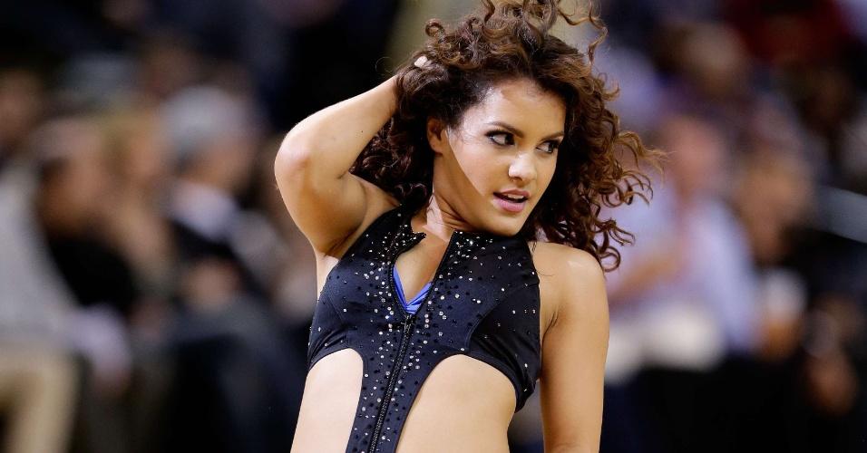 18.dez.2012 - Cheerleader do Golden State Warriors dança durante partida contra o New Orleans Hornets