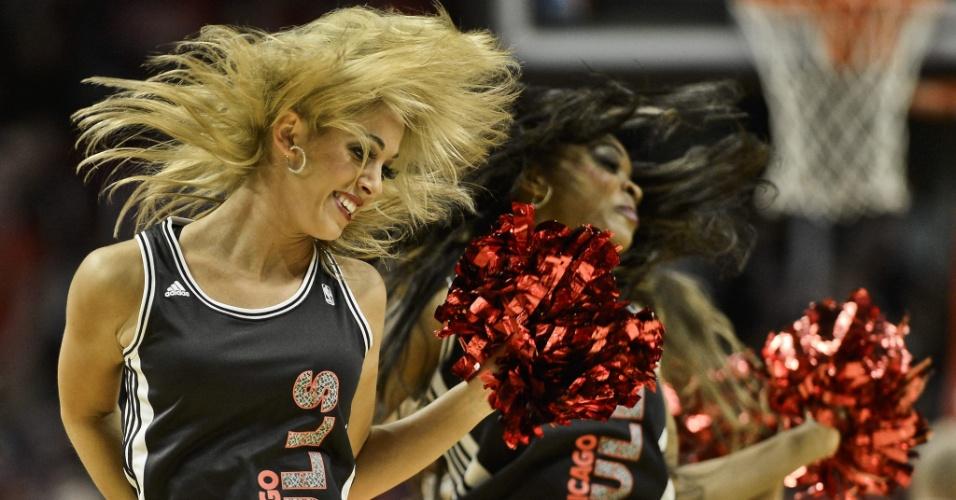 18.dez.2012 - Cheerleaders do Chicago Bulls fazem apresentação durante a vitória sobre o Boston Celtics