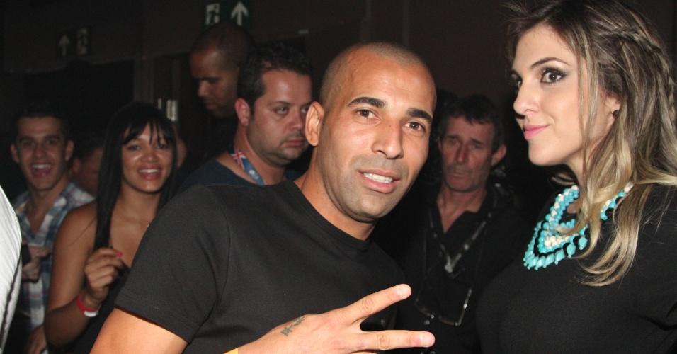18.dez.2012 - Emerson Sheik acena para os fotógrafos no show de Thiaguinho no Clube A, que reuniu diversos jogadores do Corinthians