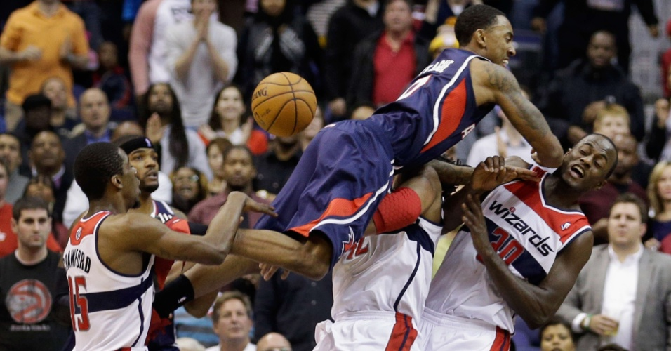 18.dez.2012 - Jeff Teague 'voa' sobre jogadores do Washington Wizards durante vitória do Atlanta Hawks