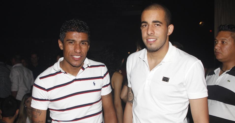18.dez.2012 - Paulinho e Danilo Fernandes, campeões mundiais com o Corinthians, foram ao Clube A prestigiar o show do pagodeiro Thiaguinho