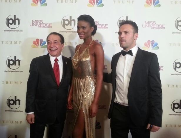 19.dez.2012 - A Miss Universo 2011, a angolana Leila Lopes (centro), chega ao tapete vermelho do Miss Universo 2012, em Las Vegas
