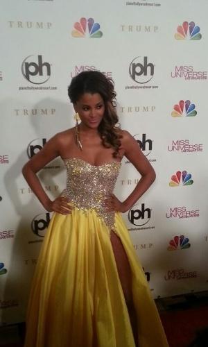 19.dez.2012 - A modelo Caludia Jordan chega ao tapete vermelho