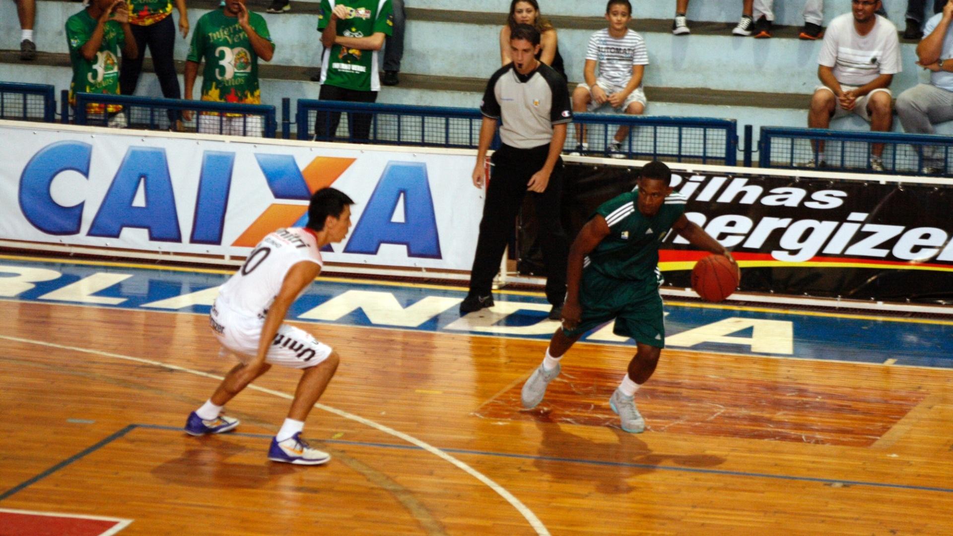 19.dez.2012 - Caleb Brown, do Palmeiras, encara a marcação de Helinho, do Uberlândia, em jogo válido pela nona rodada do NBB