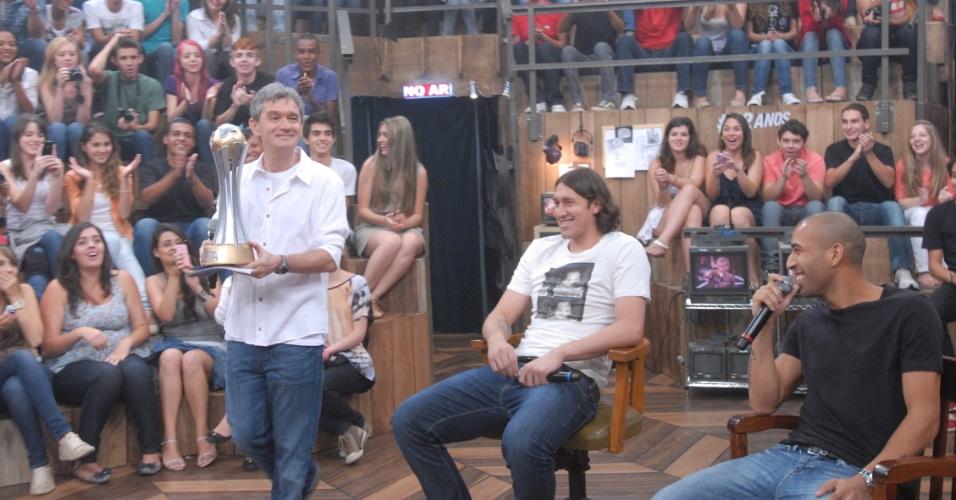 19.dez.2012 - Cássio e Emerson, do Corinthians, participam de gravação do programa Altas Horas