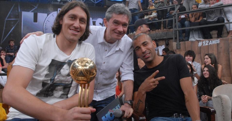 19.dez.2012 - Cássio e Emerson, do Corinthians, posam ao lado do apresentador Serginho Groisman