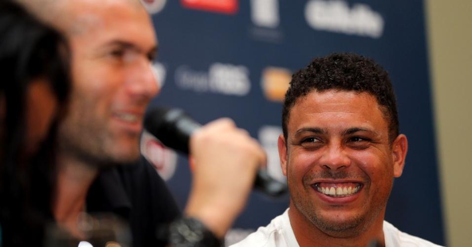 19.dez.2012 - Ronaldo ri enquanto Zidane fala coma a imprensa em coletiva antes do Jogo Contra a Pobreza, em Porto Alegre, na Arena Grêmio