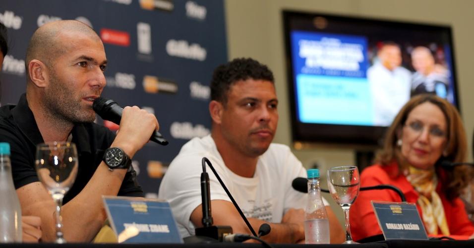 19.dez.2012 - Coletiva de imprensa com Zidane e Ronaldo para o Jogo Contra a Pobreza, em Porto Alegre, na Arena Grêmio