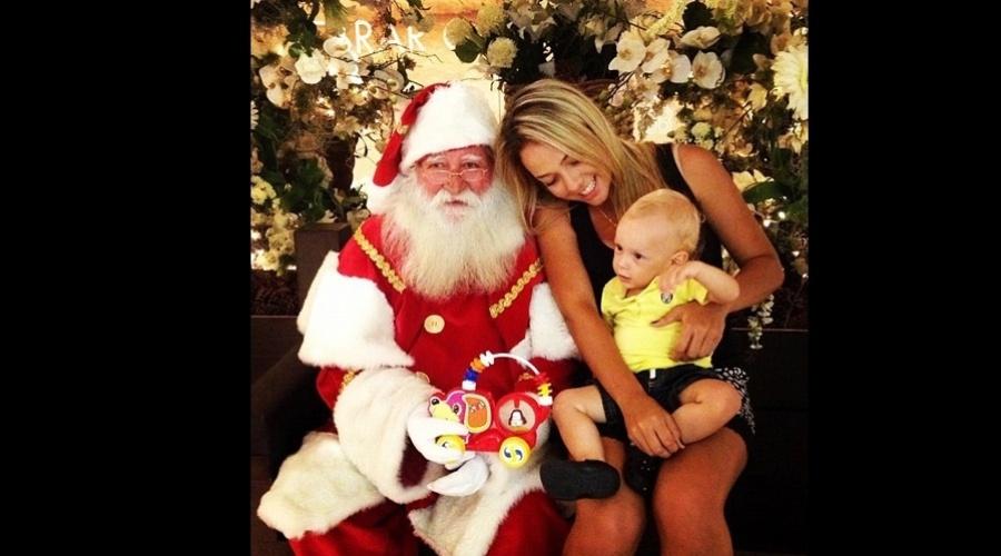 19.dez.2012 -  Davi Lucca, filho de Neymar, tirou uma foto ao lado do Papai Noel. A imagem foi divulgada pela mãe do menino, Carol Dantas