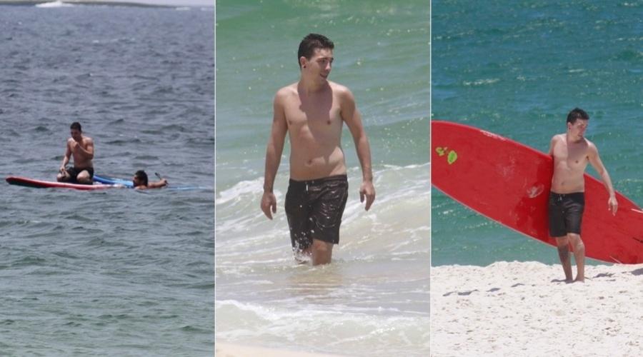 19.dez.2012 - Di Ferrero praticou stand up paddle na praia da Barra da Tijuca, zona oeste do Rio. O vocalista do NX Zero namora a atriz Mariana Rios