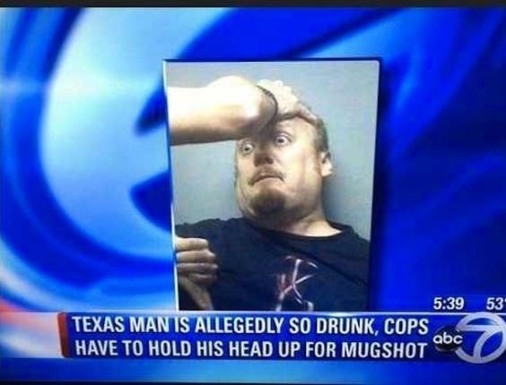 19.dez.2012 - Esse aí, de tão bêbado, teve que ter a cabeça levantada pelos policiais para a foto. O site americano BuzzFeed fez uma seleção imperdível das 30 melhores fotos de 2012 clicadas no momento da prisão
