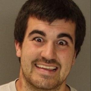 19.dez.2012 - Esta, definitivamente, é uma tentativa nem tão bem sucedida de assustar os policiais. O site americano BuzzFeed fez uma seleção imperdível das 30 melhores fotos de 2012 clicadas no momento da prisão