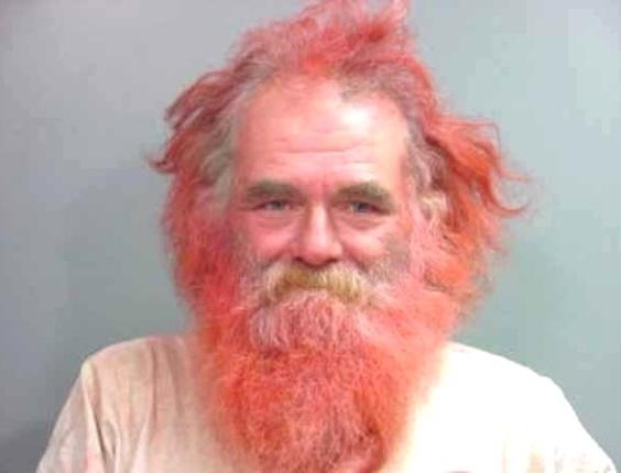 """19.dez.2012 - Este senhor deve ter sido fácil de encontrar, já que a descrição de """"um bandido de cabelo e barba de fogo"""" não deve ser muito usual. O site americano BuzzFeed fez uma seleção imperdível das 30 melhores fotos de 2012 clicadas no momento da prisão"""