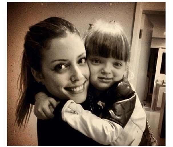 19.dez.2012 - Fabiana Justus divulga foto abraçada com a irmã Rafa Justus