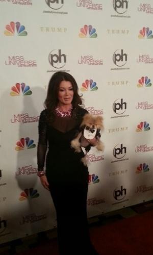 19.dez.2012 - Lisa Vanderpump, estrela da série ?The Real Housewives of Beverly Hills?, chega ao tapete vermelho. Ela faz parte do corpo de jurados