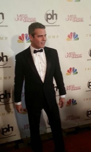 19.dez.2012 - O apresentador do concurso, Andy Cohen, chega ao concurso