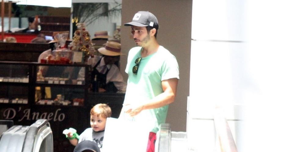 19.dez.2012 - O ator Thiago Rodrigues sai com o filho para fazer compras de natal em shopping do Rio de Janeiro