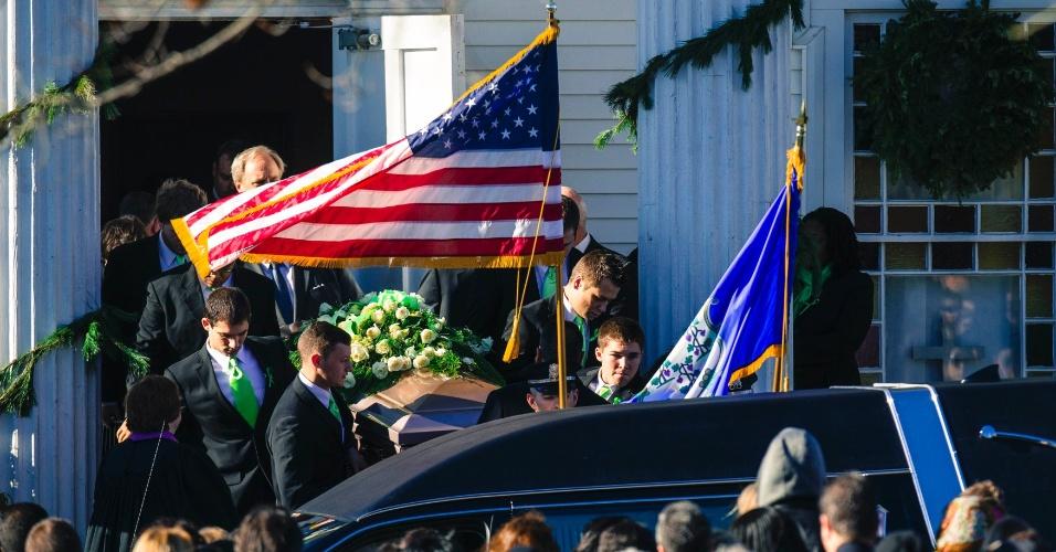 19.dez.2012 - O caixão com o corpo da professora Victoria Soto, uma das vítimas do ataque à escola Sandy Hook, em Connecticut (EUA) é carregado na saída da igreja onde foi realizado o funeral, na cidade de Stratford. Outras cinco vítimas do tiroteio que matou 26 pessoas, sendo 20 delas crianças, serão homenageadas em funerais e vigílias nesta quarta-feira (19)
