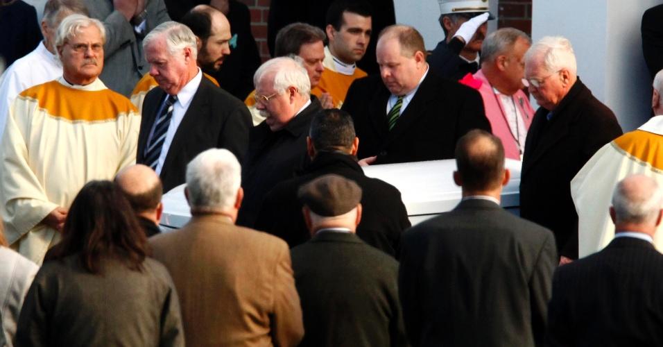 19.dez.2012 - O caixão com o corpo de Caroline Previdi, 6, é carregado durante seu funeral nesta quarta-feira. A estudante foi uma das vítimas do massacre na escola primária Sandy Hook, em Newtown, Connecticut (EUA), em 14 de dezembro. Outras cinco vítimas do tiroteio que matou 26 pessoas, sendo 20 delas crianças, estão sendo homenageadas em funerais e vigílias nesta quarta-feira