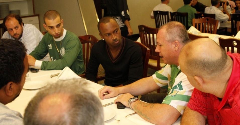 19.dez.2012 - O  cantor Thiaguinho se reuniu com diretoria da Mancha Verde, torcida do time de futebol Palmeiras, em uma churrascaria próxima ao sambódromo do Anhembi, em São Paulo
