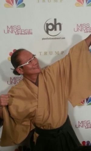 19.dez.2012 - O chef de cozinha famoso e estrela do ?Iron Chef?, Chef Masaharu Morimoto, chega ao tapete vermelho. Ele faz parte do corpo de jurados