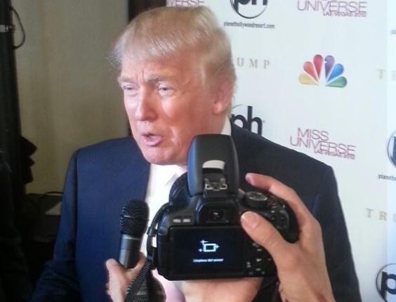 """19.dez.2012 - O """"chefão"""" do Miss Universo, Donald Trump, chega para assistir à coroação"""