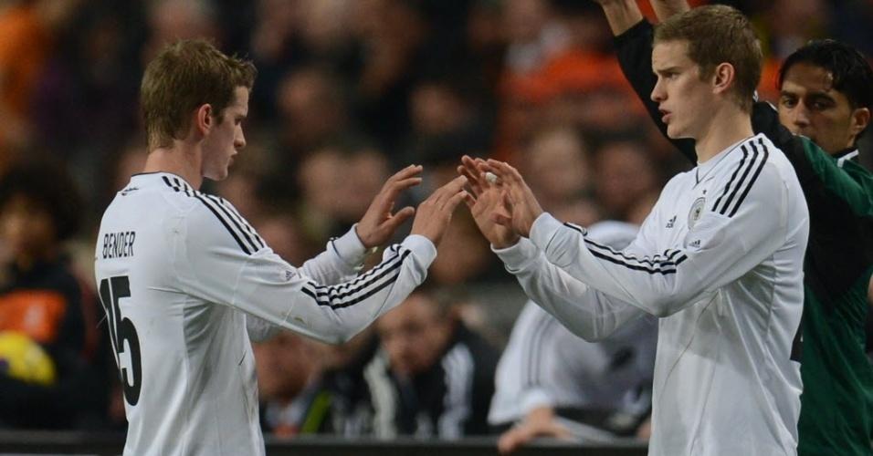 19.dez.2012 - O zagueiro Sven Bender cumprimenta seu irmão, o meia Lars Bender, ao ser susbtituído no amistoso entre Holanda e Alemanha, em Amsterdam