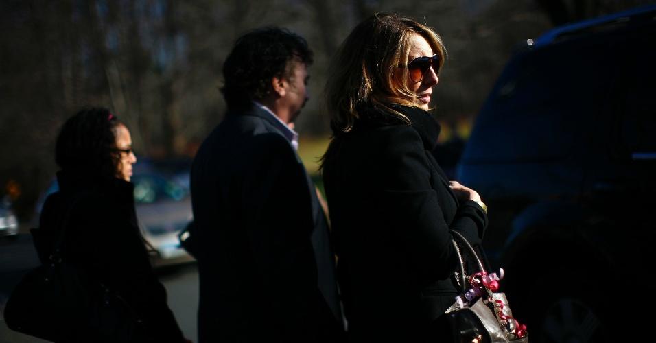 19.dez.2012 - Pessoas chegam ao funeral da estudante Caroline Previdi, 6, uma das vítimas do massacre na escola primária Sandy Hook, em Newtown, Connecticut (EUA), em 14 de dezembro. Outras cinco vítimas do tiroteio que matou 26 pessoas, sendo 20 delas crianças, estão sendo homenageadas em funerais e vigílias nesta quarta-feira