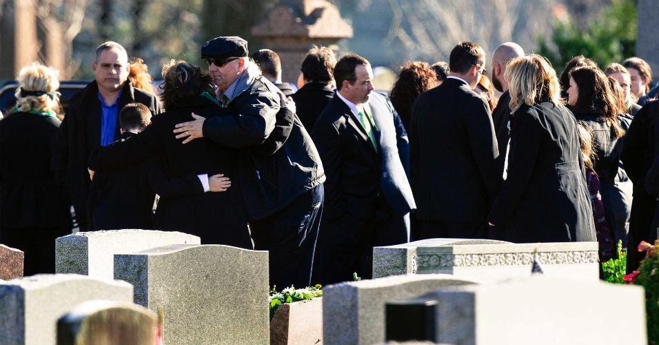 19.dez.2012 - Pessoas se abraçam durante o funeral da professora Victoria Soto, 27, uma das vítimas do massacre na escola primária Sandy Hook, em Newtown, Connecticut (EUA), em 14 de dezembro. Outras cinco vítimas do tiroteio que matou 26 pessoas, sendo 20 delas crianças, serão homenageadas em funerais e vigílias nesta quarta-feira (19)
