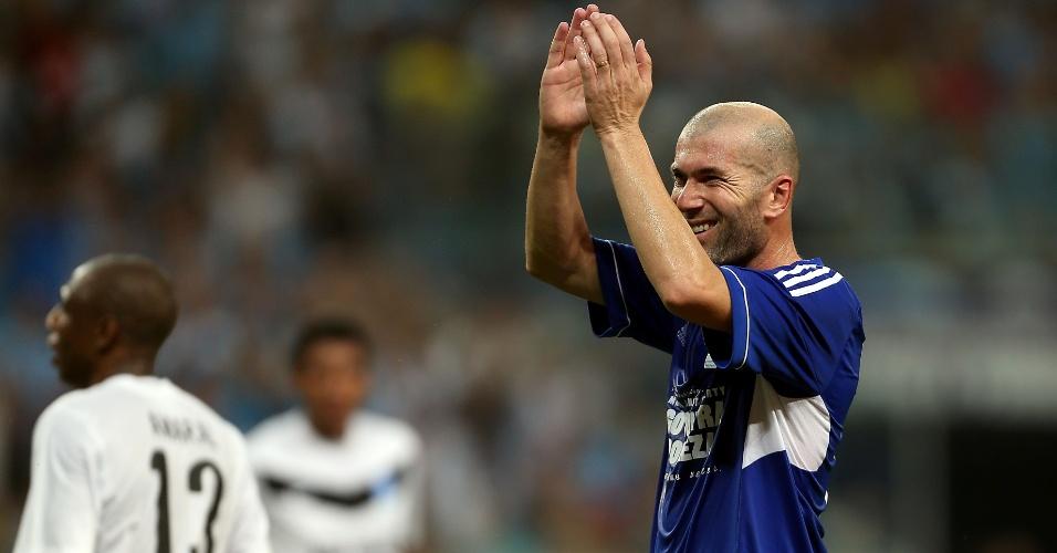 19.dez.2012 - Zidane aplaude a torcida após marcar no Jogo Contra a Pobreza