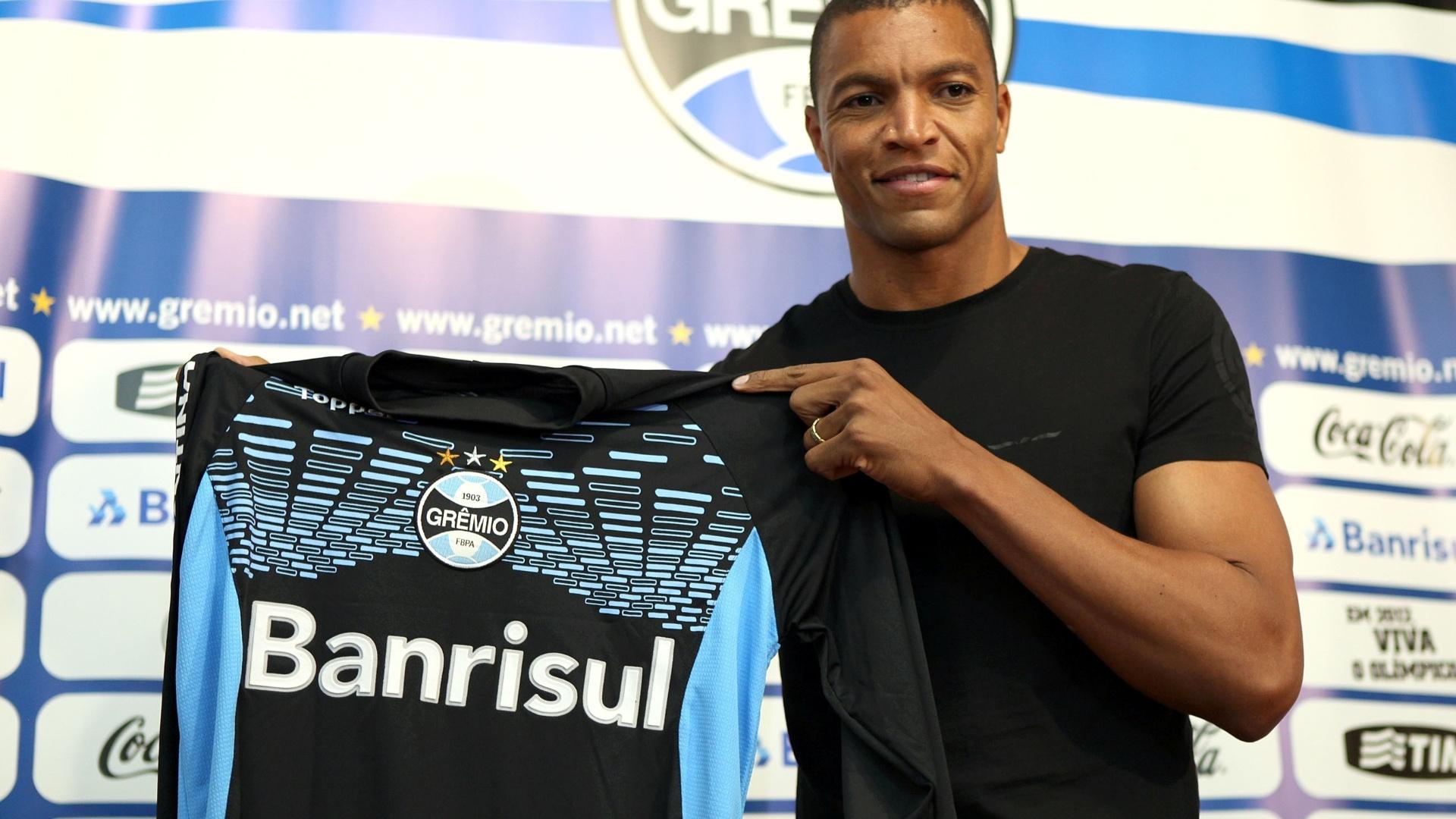 Dida mostra a camisa enquanto é apresentado como novo goleiro Grêmio, nesta quarta-feira