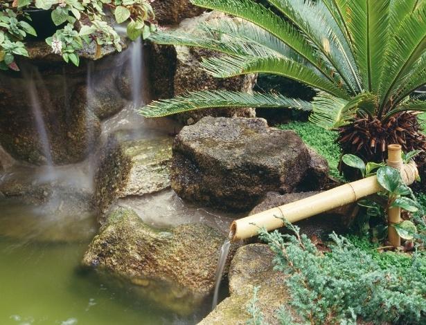 Jardim japonês, desenvolvido por Eduardo Luppi, tem lago com carpas e a fonte feita com pedras naturais - Divulgação