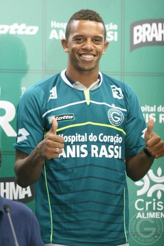 O lateral esquerdo William Matheus faz sinal de positivo após ser apresentado como jogador do Goiás