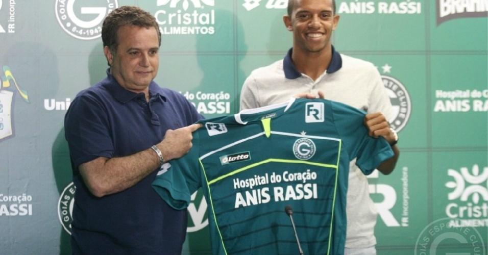 O lateral William Matheus (d) posa com a camisa do Goiás ao lado de Marcelo Segurado