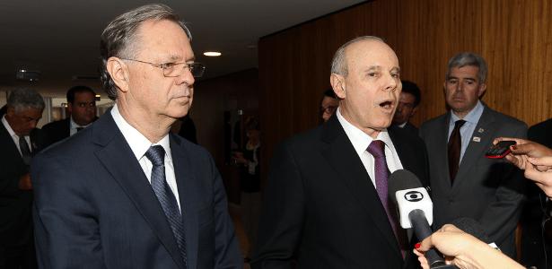 Cledorvino Belini (à esquerda), da Fiat, e Guido Mantega, da Fazenda, falam à imprensa após anúncio - Lula Marques/Folhapress