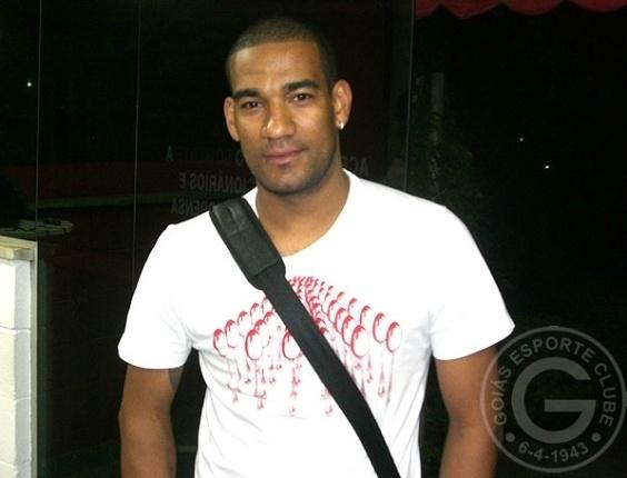Zagueiro Rodrigo fechou contrato com o Goiás até dezembro de 2013