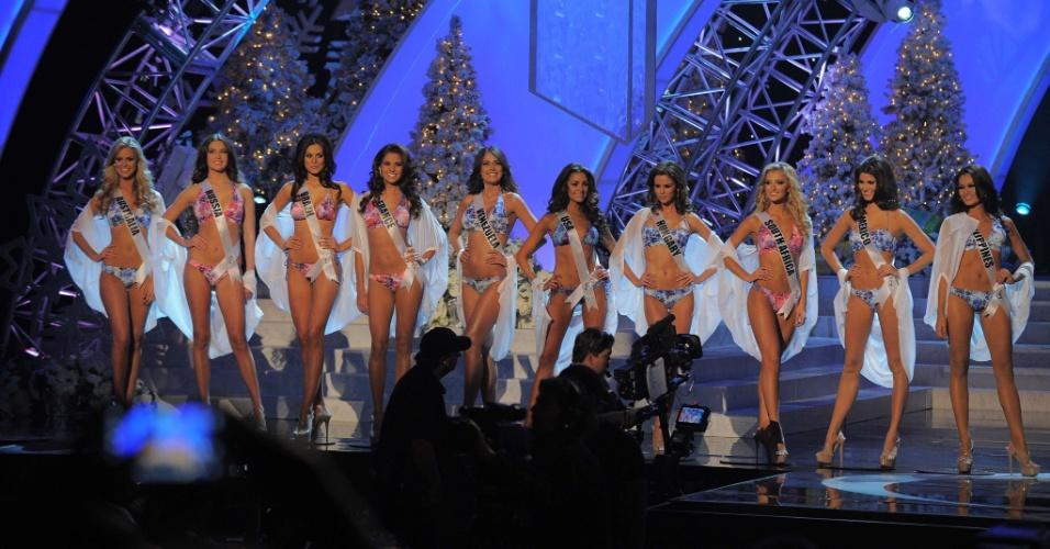19.dez.2012 - As 10 finalistas do Miss Universo 2012 comemoram a aprovação no desfile de biquíni do concurso, realizado no hotel Planet Holywood, em Las Vegas