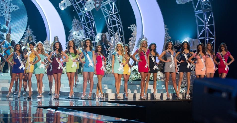 19.dez.2012 - As 16 finalistas do Miss Universo 2012 comemoram aprovação no palco do concurso, realizado no hotel Planet Holywood, em Las Vegas. Nesta etapa, foram aprovadas as misses Brasil, Venezuela, Turquia, França, Peru, Rússia, México, Polônia, Hungria, África do Sul, Filipinas, Croácia, Austrália, Kosovo, Índia e Miss Estados Unidos