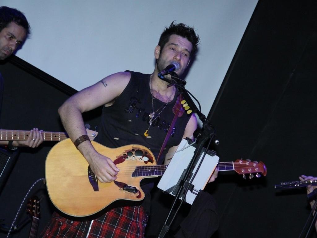 19dez2012---daniel-del-sarto-faz-pochet-show-no-teatro-bar-la-esquina-na-lapa-rio-de-janeiro-o-ator- e-cantor-apresentou-o-seu-trabalho-desassossego-criativo ... e3450e1eab