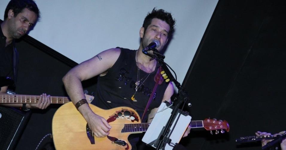 """19.dez.2012 - Daniel Del Sarto faz pocket show no Teatro Bar La Esquina, na Lapa, Rio de Janeiro. O ator e cantor apresentou o seu trabalho """"Desassossego Criativo"""", vestindo uma saia escocesa"""