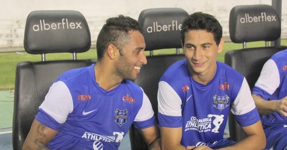 19.dez.2012 - Ibson (e) e Ganso são fotografados em momento de descanso durante jogo beneficente realizado em Belém, no estádio Mangueirão